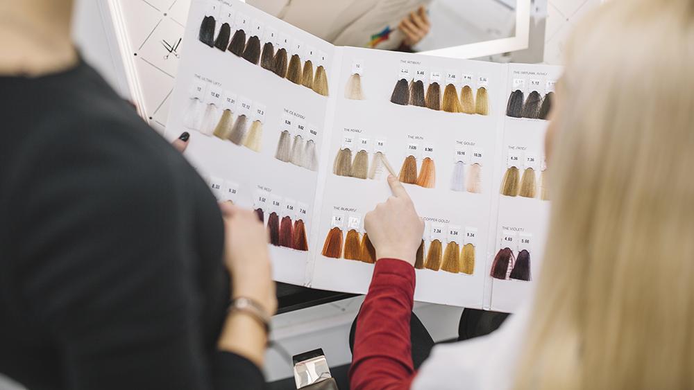 Comment choisir la meilleure couleur de cheveux parmi les nuances